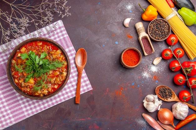 暗い背景にさまざまな調味料を使ったおいしい調理済み野菜ソースミールの上面図ソースミールディッシュフード