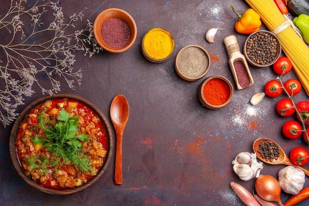 Вид сверху вкусные приготовленные овощи, соус, еда с разными приправами на темном фоне, соус, еда, блюдо