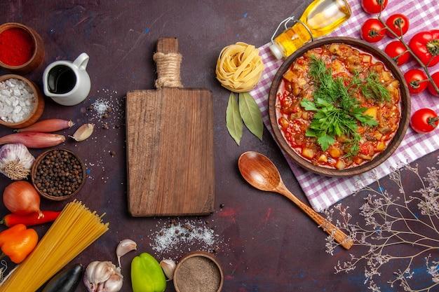 上面図暗い背景の食事ソース料理にトマトと調味料を使ったおいしい調理野菜ソースミール