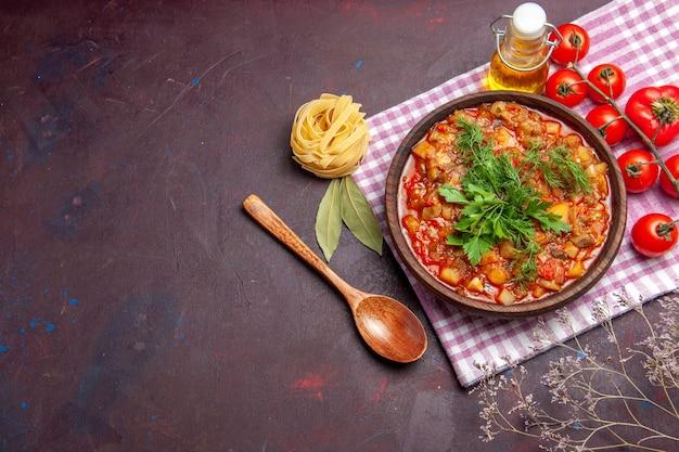 어두운 배경 식사 저녁 식사 소스 음식 접시에 토마토와 상위 뷰 맛있는 요리 야채 소스 식사