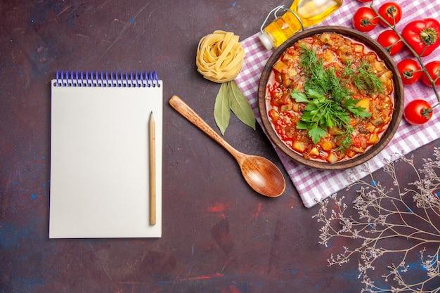 어두운 책상 식사 저녁 식사 소스 음식 접시에 토마토와 상위 뷰 맛있는 요리 야채 소스 식사