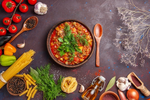 Вид сверху вкусные приготовленные овощные блюда в соусе с овощами и приправами на темном фоне еда еда ужин блюдо соус