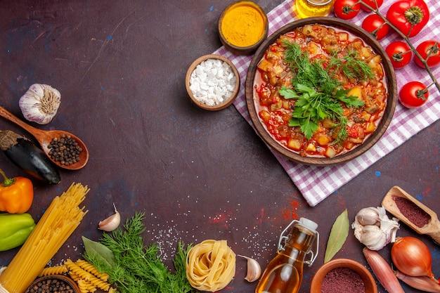 上面図濃い色の背景に野菜と調味料を添えたおいしい調理済み野菜ソースミールフードディナーディッシュソース