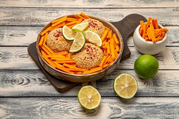 Вид сверху вкусное печенье с ломтиками лимона и сухариками на сером столе закуска печенье сахарное сладкое печенье