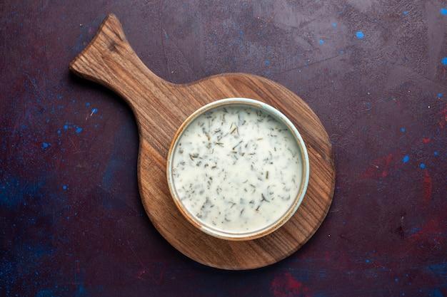 暗いテーブル、食事食品スープグリーン内の緑とヨーグルトから平面図おいしいdovga