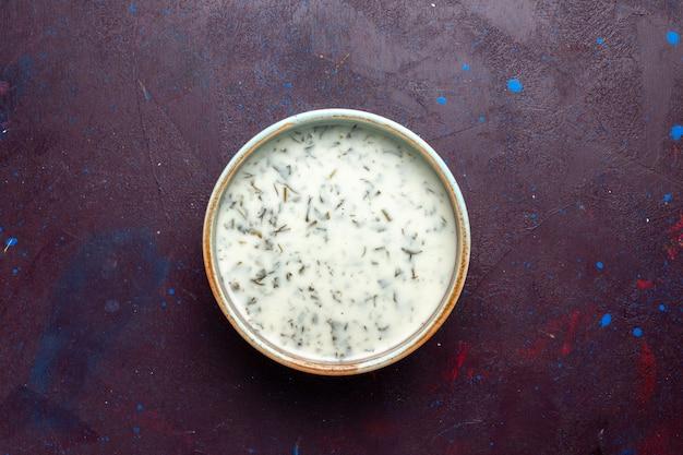Vista dall'alto gustosa colomba da yogurt con verdure all'interno