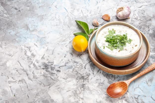 上面図白い床に緑のおいしいdovgaヨーグルトスープミルクスープ皿乳製品