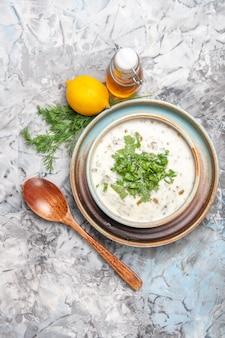上面図白いテーブルミルクスープ皿乳製品に緑のおいしいdovgaヨーグルトスープ