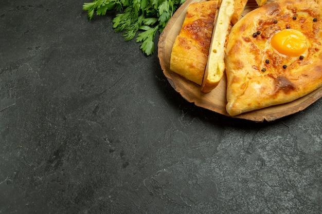 上面図灰色の背景に緑でスライスして焼いたおいしい卵パンパン生地食品朝食