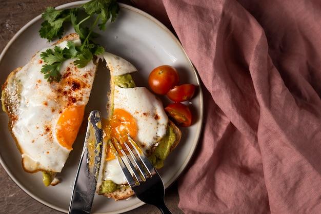 Вид сверху вкусный сэндвич с яйцом