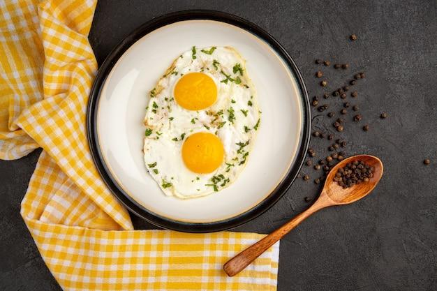 Вид сверху вкусные яичные тосты на темном фоне утреннее яйцо отварить еда хлеб омлет обед завтрак