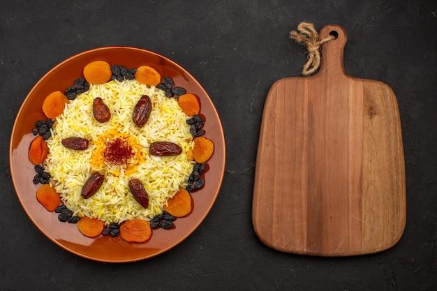 上面図おいしい有名な東部の食事は、ご飯と暗闇の中でさまざまなレーズンで構成されています