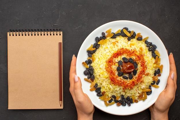상위 뷰 맛있는 유명한 동부 식사는 밥과 어둠 속에서 다른 건포도로 구성됩니다.