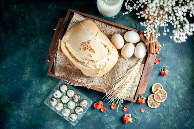 トップビュー暗い背景に卵と牛乳とおいしい焼きたてのパンケーキパイ茶砂糖パンビスケット朝食生地焼き