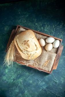 上面図暗い背景に卵とおいしい焼きたてのパンケーキパイ茶砂糖パン焼き生地ビスケット