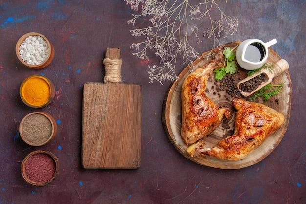 어두운 책상 음식 닭고기 야채 고기 식사에 조미료와 상위 뷰 맛있는 프라이드 치킨