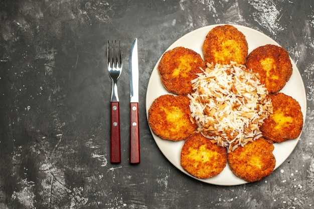 平面図暗い床にご飯とおいしい揚げカツレツ写真料理食事肉