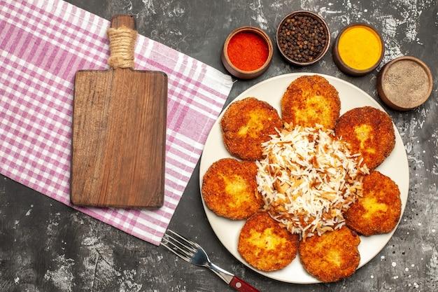 어두운 표면 음식 고기 만두에 쌀과 조미료가 들어간 맛있는 튀긴 커틀릿