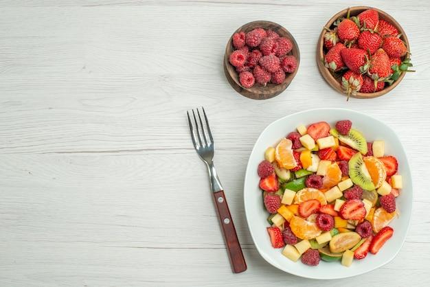 상위 뷰 맛있는 과일 샐러드 슬라이스 과일 배경