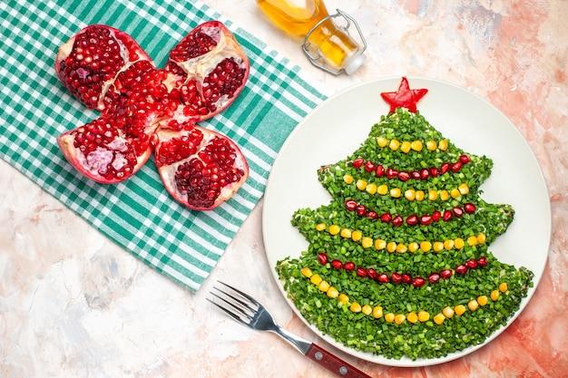 밝은 배경에 크리스마스 트리 모양의 상위 뷰 맛있는 그린 샐러드