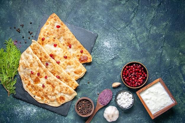 어두운 배경 핫케이크 페이스트리 컬러 오븐 반죽 파이 케이크 식사에 고기와 석류를 곁들인 맛있는 구타브 핫케이크