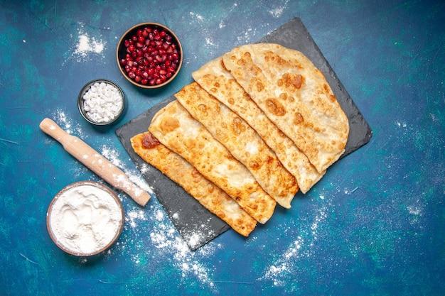파란색 배경 페이스트리 베이킹 오븐 파이 케이크 음식 식사 핫케이크 색상에 고기를 곁들인 맛있는 구타브 얇은 맛있는 핫케이크