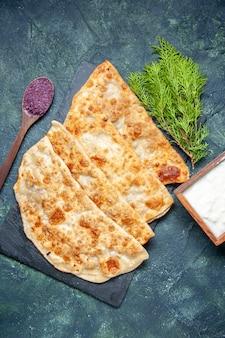 Vista dall'alto gustosi gutabs sottili hotcakes con carne macinata su sfondo scuro colore hotcake pasticceria pasta torta pasto torta al forno