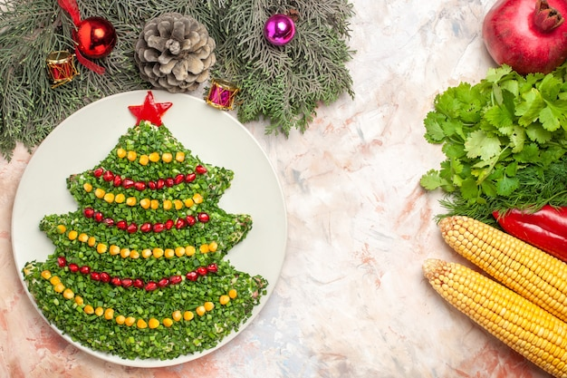 밝은 배경에 새 해 나무 모양의 상위 뷰 맛있는 휴일 샐러드