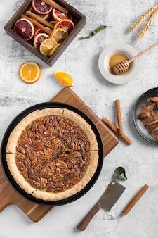 Vista dall'alto gustosa crostata di noci pecan fatta in casa sul tavolo