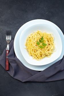 평면도 맛좋은 이탈리아 파스타 요리 접시 어두운 배경에 칼붙이와 접시 내부 식품 파스타 공식 만찬 식사 조리 색깔 요리 어둠