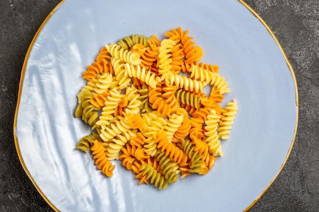 Vista dall'alto gustosa pasta italiana insolita pasta a spirale cotta al buio