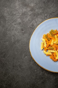 トップビューおいしいイタリアンパスタ珍しい調理済みスパイラルパスタ暗闇の中で