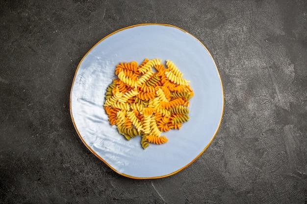 어두운에 상위 뷰 맛있는 이탈리아 파스타 특이한 요리 나선형 파스타