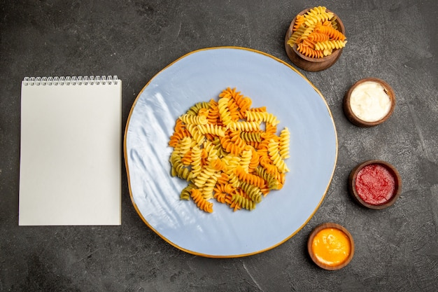 회색에 조미료와 상위 뷰 맛있는 이탈리아 파스타 특이한 요리 나선형 파스타