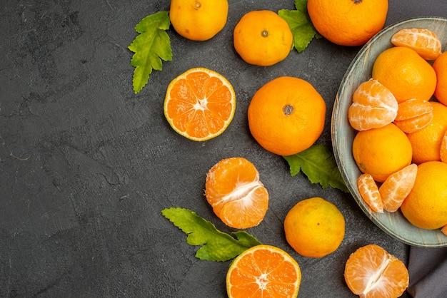 Вид сверху вкусные сочные мандарины на темном фоне