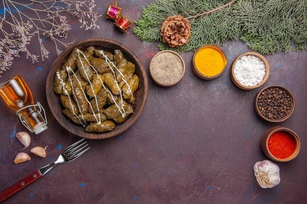 어둠에 조미료와 함께 상위 뷰 맛있는 잎 돌마 고기 요리