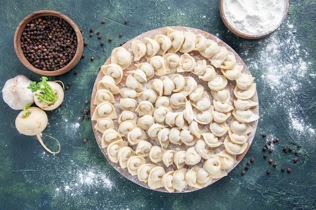 Vista dall'alto gustosi gnocchi con farina sullo sfondo scuro pasta colore cibo pasto cibo piatto carne calorie