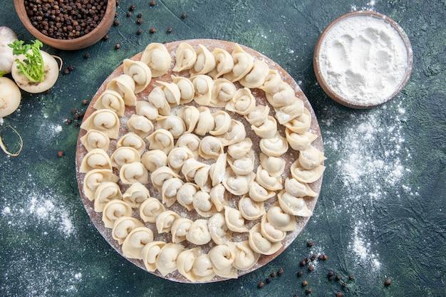 어두운 배경 반죽 색상 음식 식사 음식 접시 고기 칼로리에 밀가루와 함께 상위 뷰 맛있는 작은 만두