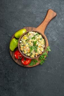 Vista dall'alto gustosa insalata maionese con verdure fresche e verdure su grigio