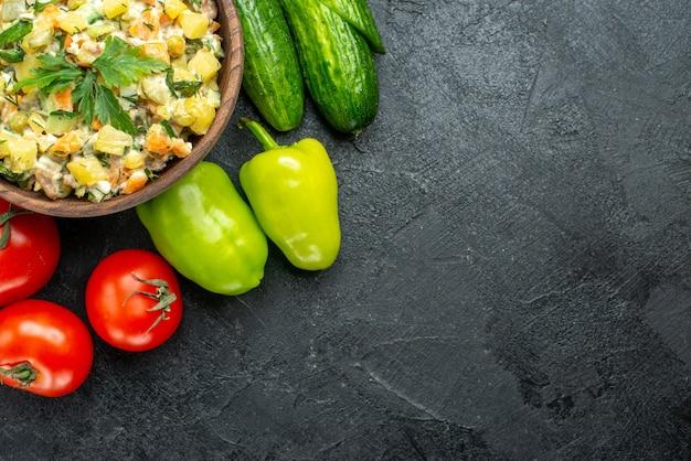 Вид сверху вкусный салат майонез со свежими овощами на черном