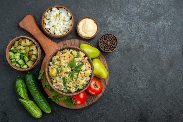グレーに新鮮な野菜を添えたトップビューのおいしいマヨネーズサラダ