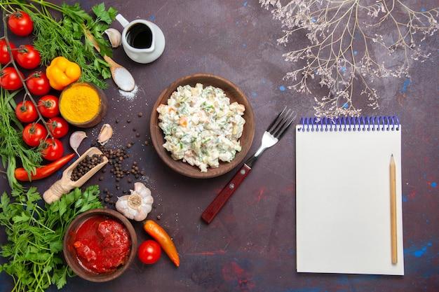 暗い背景に緑と野菜のトップビューおいしいマヨネーズサラダ食事食品サラダスナックランチ