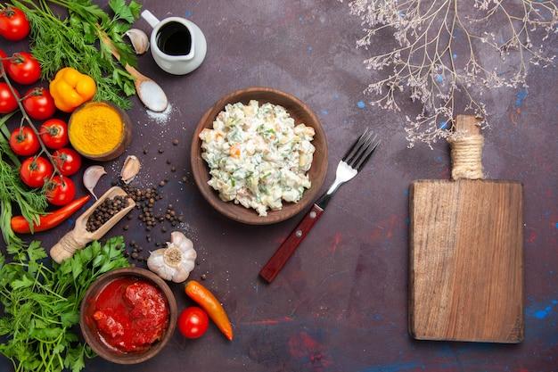 Vista dall'alto gustosa insalata maionese con verdure e verdure sullo sfondo scuro pasto insalata spuntino pranzo