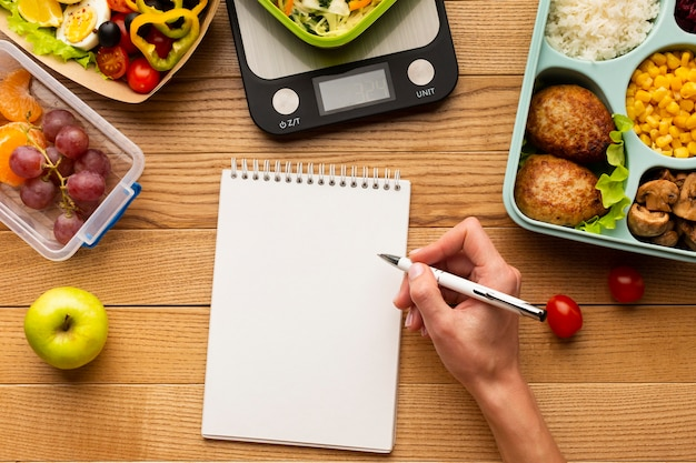 空のノートブックと上面図おいしい食事の配置