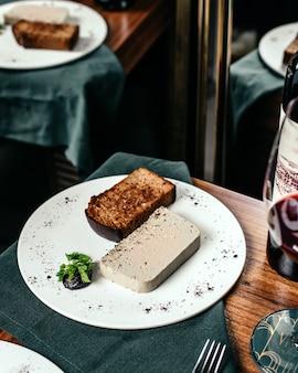 Un gustoso pasto con vista dall'alto progettato all'interno del piatto bianco sul tavolo con il ristorante di cibo a base di vino rosso