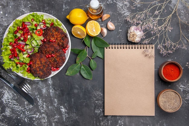 회색 배경 접시 사진 음식 식사에 야채 샐러드와 상위 뷰 맛있는 고기 커틀릿