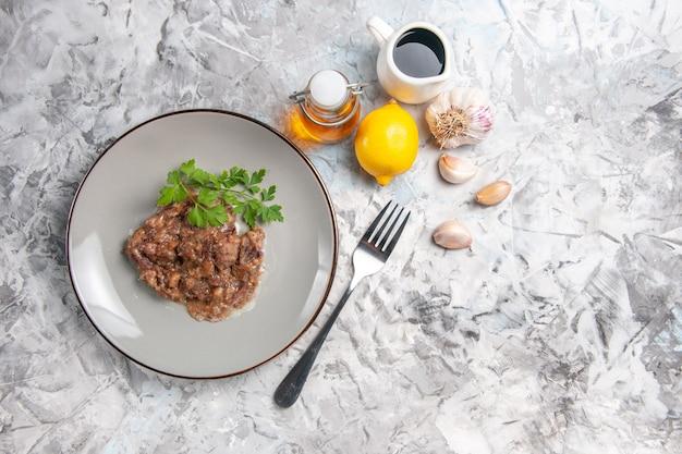 Vista dall'alto gustoso piatto di carne con salsa e verdure sul pasto cena piatto di carne bianca scrivania