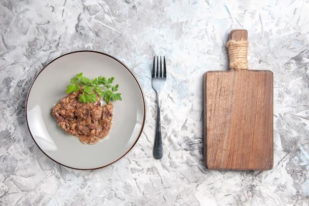 Vista dall'alto gustoso piatto di carne con salsa e verdure sul pasto della cena di piatto di carne da tavola bianca