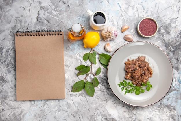 Vista dall'alto gustoso piatto di carne con salsa e verdure sul pasto di piatto di carne da tavola bianca