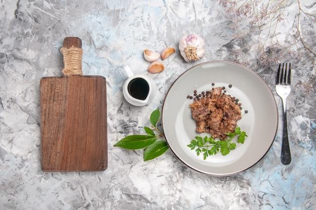 白いテーブルの上のソースのおいしい肉料理の上面図夕食の肉料理